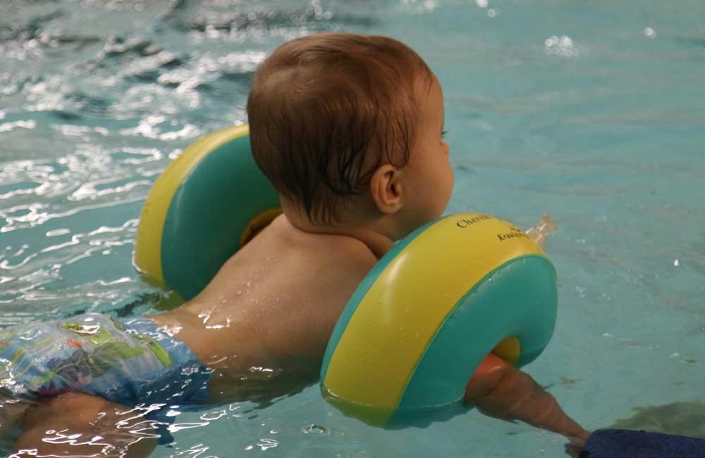 Baby K1 schwimmt